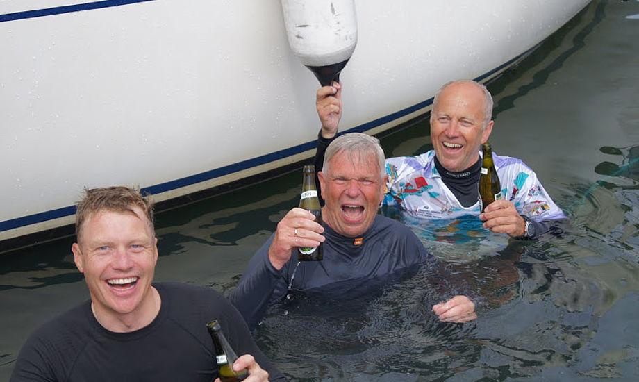 Christian Thomsen, th. med gasterne Kristian Hansen og Claus Skov Nielsen på Kolding-båden Stampe blev behørigt smidt i vandet. Foto: Hans Friis