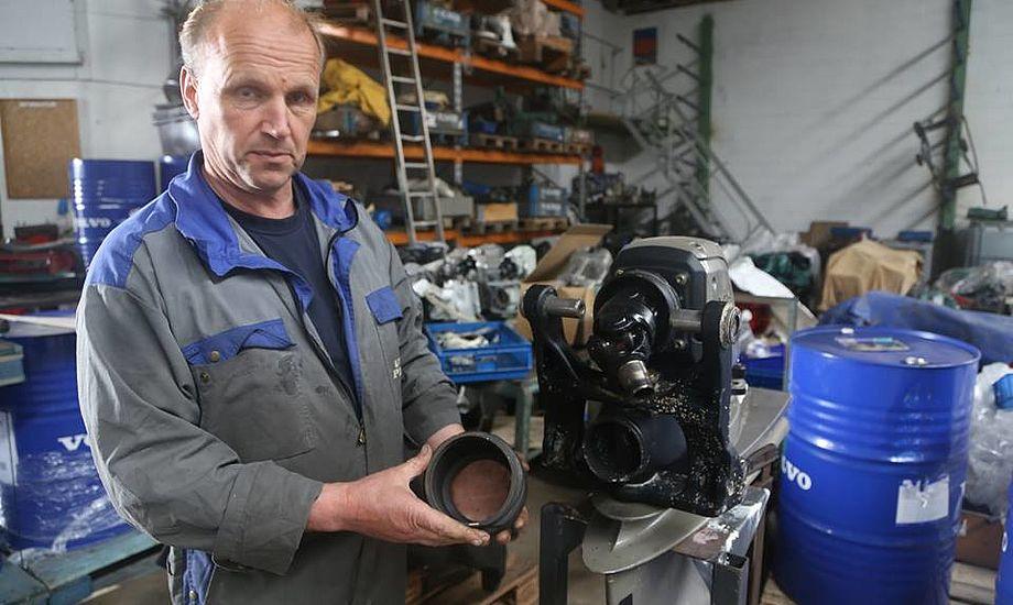42 fods motorbåd var tæt at synke i år, da en pakning, som denne var gået i stykker, fortæller Flemming Søholm på billedet. Fotos: Troels Lykke