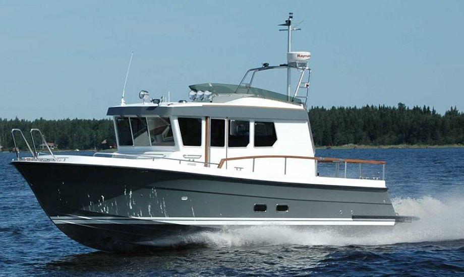 32 vejer 5,5 ton, alligevel kan den sejle 70 km/timen. Store bølger er intet problem for en Targa, den har nemlig et dybt V-formet undervandsskrog, som skærer bølgerne let. Båden koster 1,85 mio. kroner og er i den dyrere prisklasse for 32 fods motorbåde.