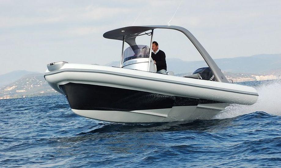 De sikre sejlere bruger dødemandsknap, der gør at motoren stopper, hvis manden falder over bord.