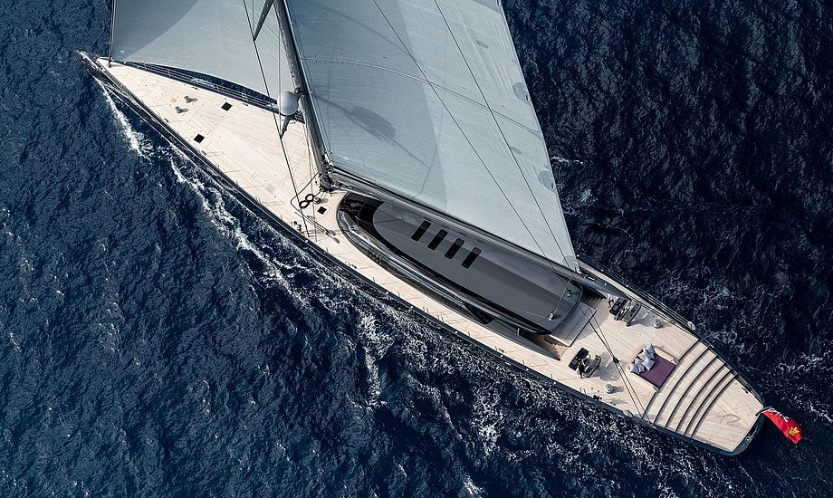 På fordækket er en spa, som dækkes til når Ngoni sejler. Foto: boatinternational.com.