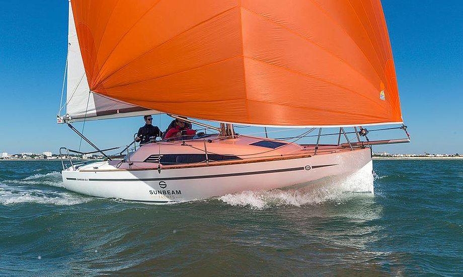 Sunbeam 22.1 vejer 1,3 ton og er fladbundet og surfer derfor let, viste test i Atlanterhavet.