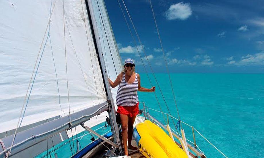 Midt på Great Bahama Bank lagde vi os underdrejet, smed tøjet og hoppede i vandet. Vi hører ikke til dem, der svømmer midt på Atlanten, men når der kun er 2 meter dybt, kan det bedre gå!