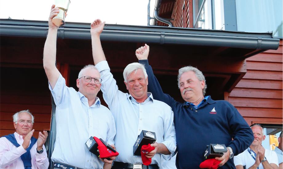 Per Jørgensen tv.og besætning vinder i Folkebåd i Gold Cup i Helsinki blandt 66 både. De modne sejlere kan også. Foto: Jarmo Vehkakoski