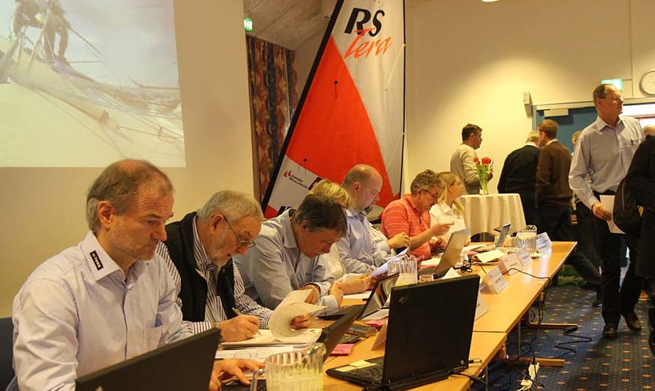Generalsekretær Dan Ibsen sidder her med bestyrelsen. Foto: Troels Lykke