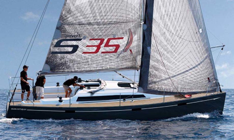 Salona 35 koster fra 750.000 kroner, skriver Salona Yachts i Slovenien, hvor bådebyggerne har en lav timeløn.