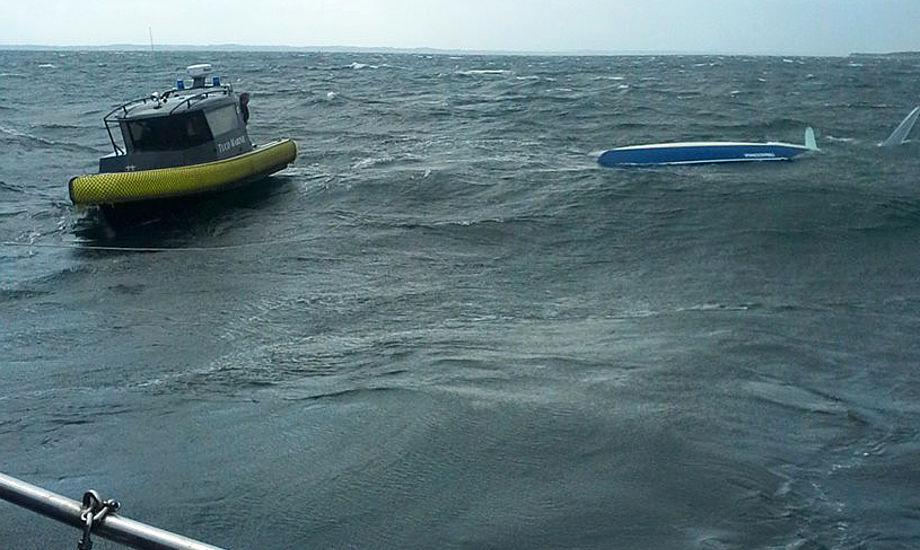 - Der var lidt at se til under Tuco cup. Vi fik den kæntrede trimaran bragt sikkert i havn, skriver Jakob Frost, formand for Faaborg Sejlklub. Foto: Hjemmeværnet