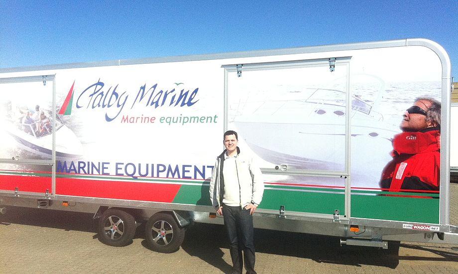 Det er en fantastisk trailer vi kommer rundt med, siger Peter Helleskov, der her står foran den kæmpe trailer. Foto: Palby Marine