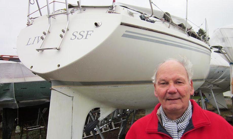 Claus Rønnow står her foran sin Bandholm 27, der ligger i Sundby Sejlforening. Foto: Troels Lykke
