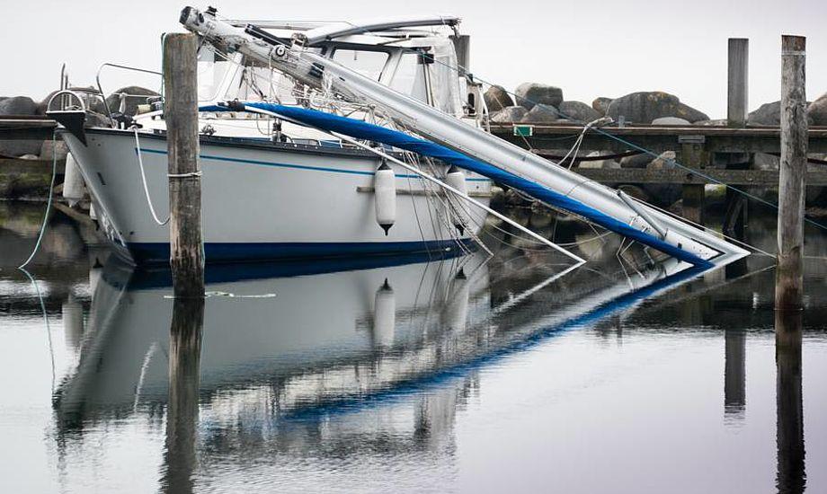 Der skete kun materielle skader, da 38 fods motorsejler fra Svendborg mistede masten i Rudkøbing havn. Men ejeren hænger selv på udgifter til reparation. Foto: Søren Stidsholt Nielsen, Søsiden, Fyns Amts Avis