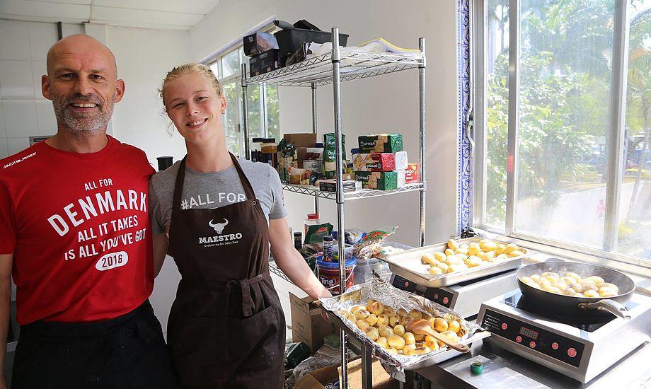 Kokken Frank Gehrt og assistenten Frederikke sørgede for mad til sejlere, trænere, forældre og sågar til Kronprinsen. Foto: Troels Lykke