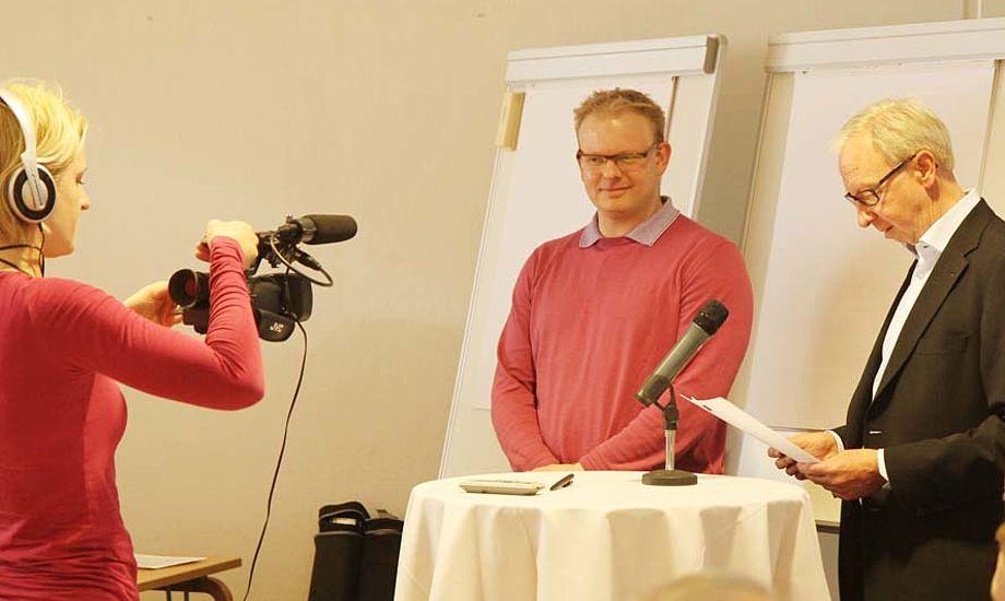 Thomas i midten, mens Jens Bjergmose fra Torm til højre deler prisen ud i Odense. Foto: Troels Lykke