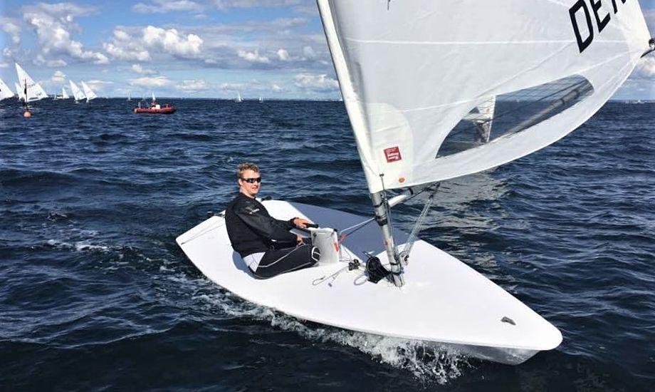 Christian Rost sejler her i mål i Rungsted som vinder af Laser-DM. Han har det nye radialskåret sejl på. Foto: Flemming Rost