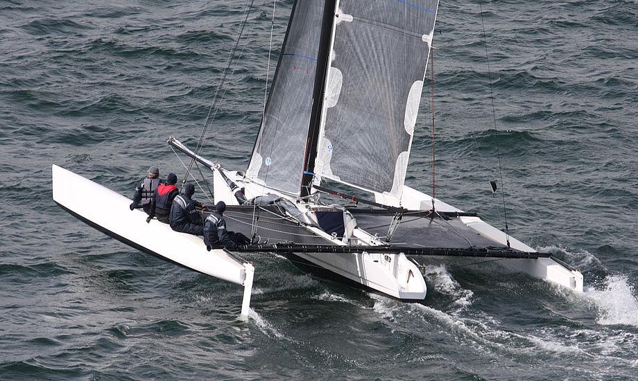 Orbit sejler under Lillebæltsbroen i 2009 under Palby Fyn Cup. I år skal gasterne blandt andet være Erik Fruergaard og Nicolai Kjærgaard. Foto: Troels Lykke