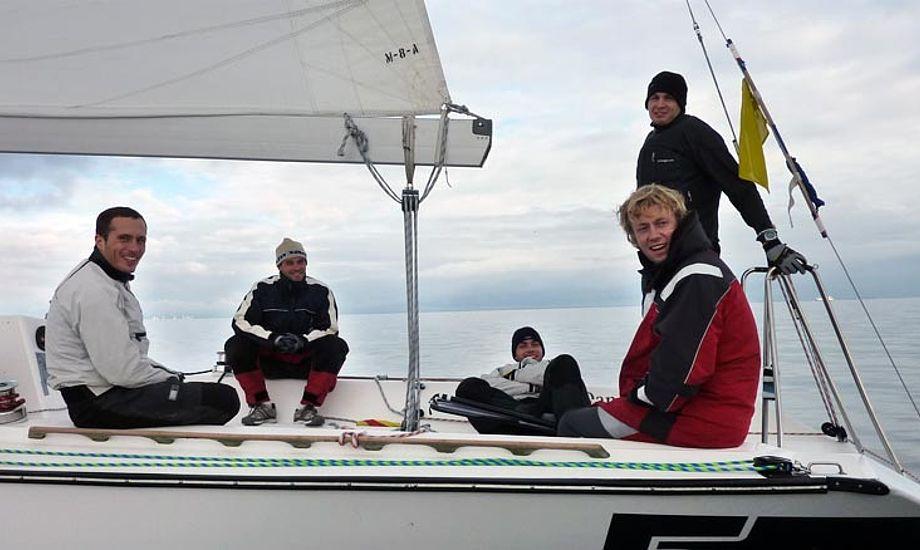Team Viltoft i en afslappet situation, hvor de venter på vind. Foto: Katrine Bertelsen
