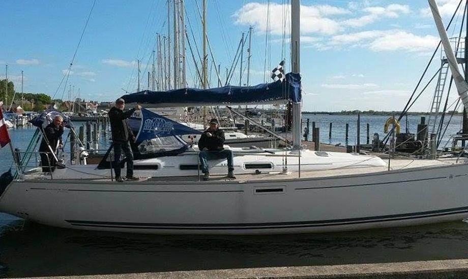 """Forsyningsskibet med de gamle drenge ombord. Fra venstre: Ole, """"Rafn"""" og """"A Maleren"""" længst til højre. Foto: Lilly Nielsen"""