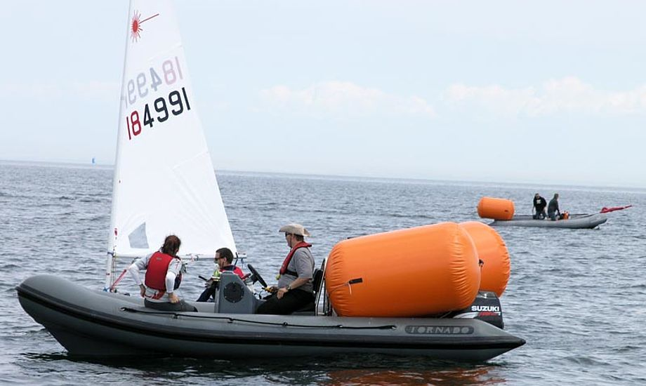 Der er tid til at tage en sludder med sejlerne imellem sejladserne. Under sejladserne fungerer følge- og dommerbåd også som magasin for sejlernes ejendele. Foto: Katrine Bertelsen