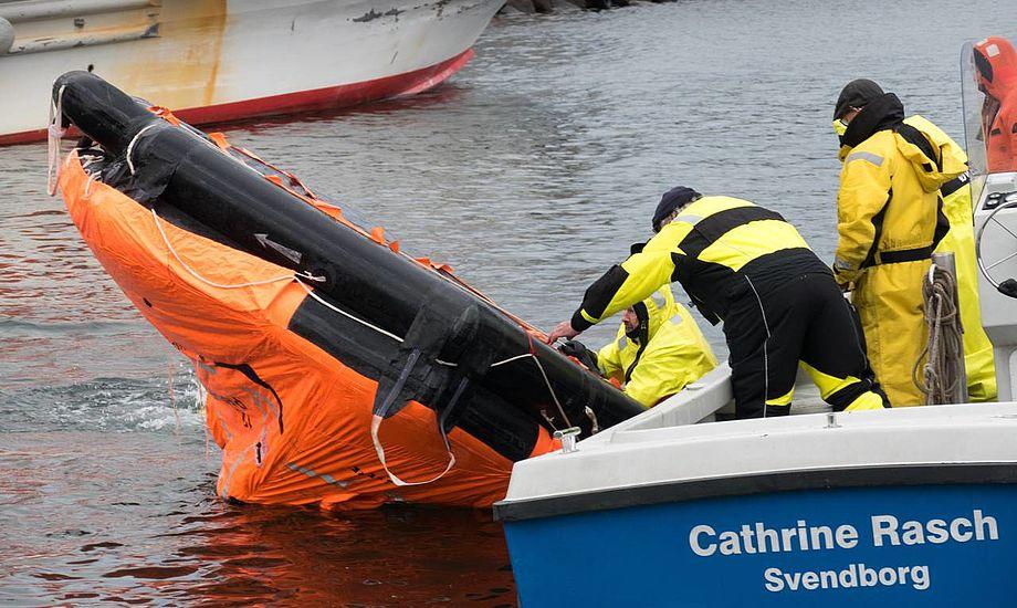 Udgangspunktet for øvelsen var den kæntrede redningsflåde ved fritfaldsbåden i Østre Kajgade. Foto: Søren Stidsholt Nielsen, Fyns Amts Avis, Søsiden