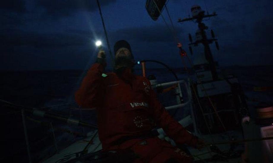 Vestas-båden sejler nu mod Hong Kong for motor. Danske Jena Mai Hansen, som er en del af Vestas-teamet, er i øjeblikket på træningslejr i 49erFX og sejlede derfor ikke med på sejladsens fjerde ben. Foto: Volvo Ocean Race