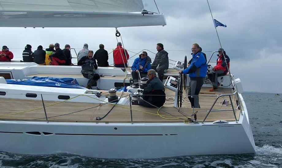 Dan Petersen styrer X-65 før start i Palby Fyn Cup. Båden blev slået af Swan 60, der startede efter X-65, der kun havde tursejl på. Foto: Troels Lykke