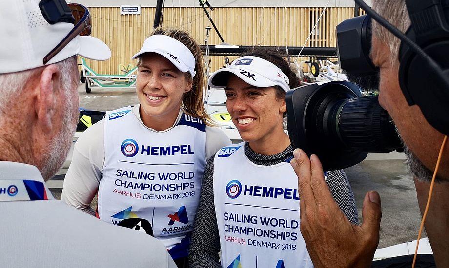 Smilene var store efter 49erFX'ernes førstedag ved VM i Aarhus. Foto: Troels Lykke