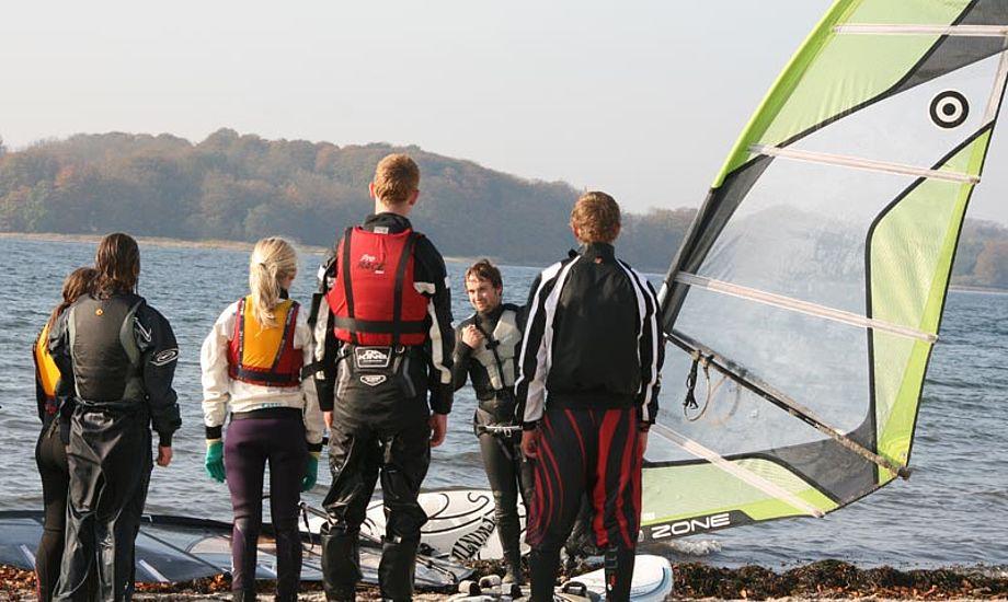 Gamborg Fjord ved Middelfart Sejlklub lagde vand til de unge windsurferes træning. Foto: Middelfart Sejlklub