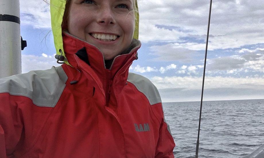 20-årige Sara Sulkjær har skiftet sommerens studenterhue ud med den neongule sejlerhætte, der selv på de sydlige breddegrader kan være nødvendig for at holde hovedet tørt. Foto: Privatfoto