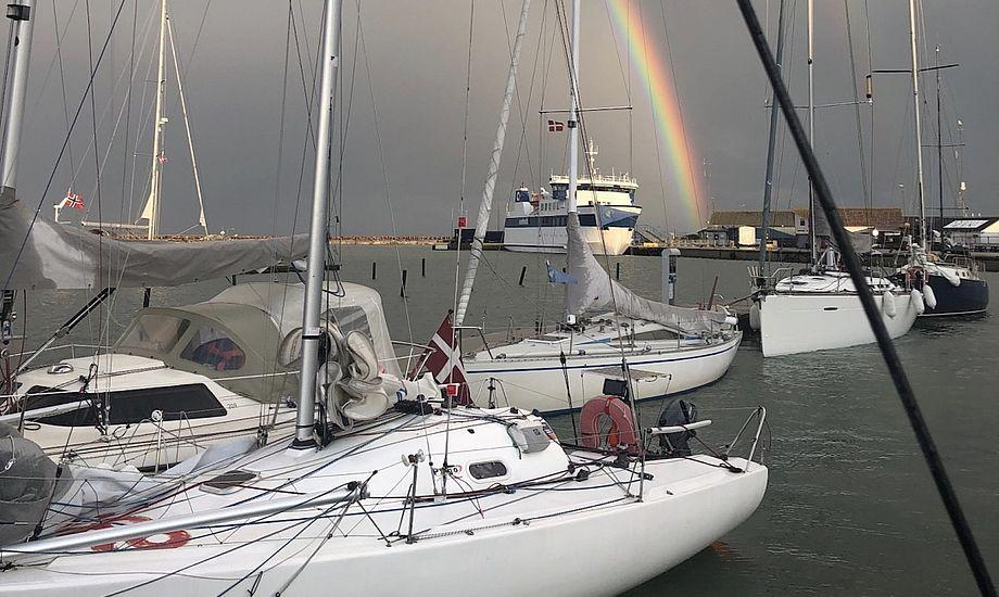 Med en flot regnbue i baggrunden kunne sejlerne gå på udkig i hinandens både, hvor de blandt andet hentede inspiration til singlehand-løsninger ombord. Foto: Anholt Lone Star