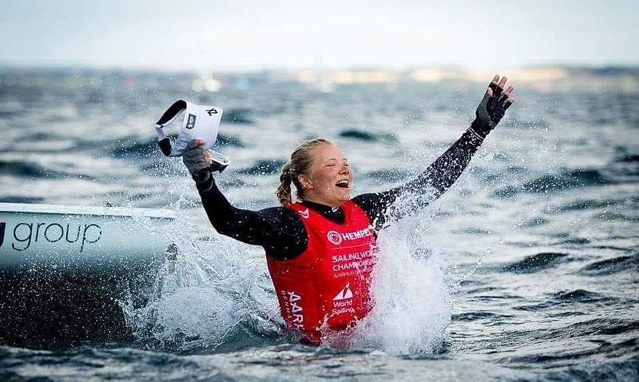Anne-Marie Rindom fra Horsens Sejlklub var den gode historie. Hun fejrer her sin VM-bronze i Laser Radial. Foto: World Sailing