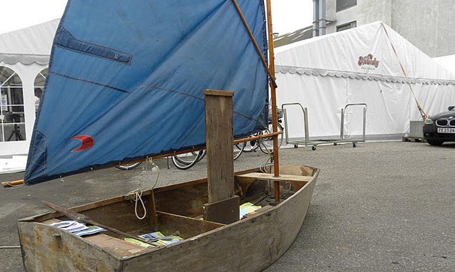 Ældre, udtjent Opti-jolle pyntede op under Big Boat Challenge. Foto: Kim Specht