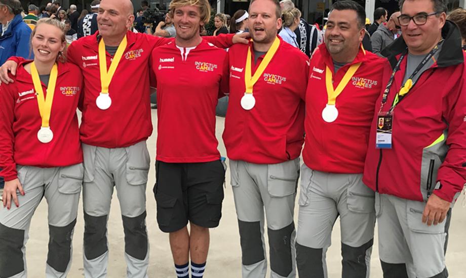 Fra venstre mod højre Trine Holst Jensen, Kim Wilsborg, boat captain Mark Edmonds, Joakim Juul Eriksen, Johan Høeg Hansen og  træner Holger Clausen. Privatfoto.