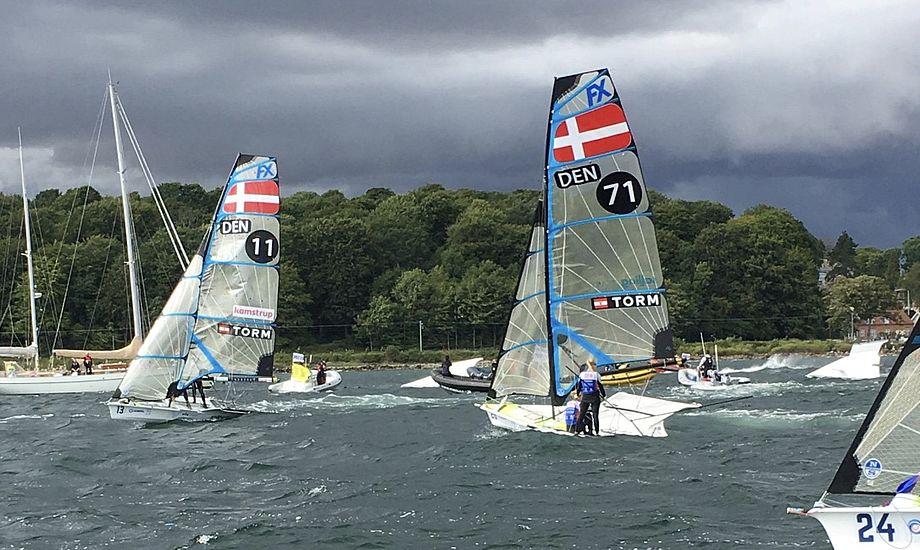 To danske både kæmpede i svære vindforhold i 49erFX'ernes medal race. Foto: Sara Sulkjær