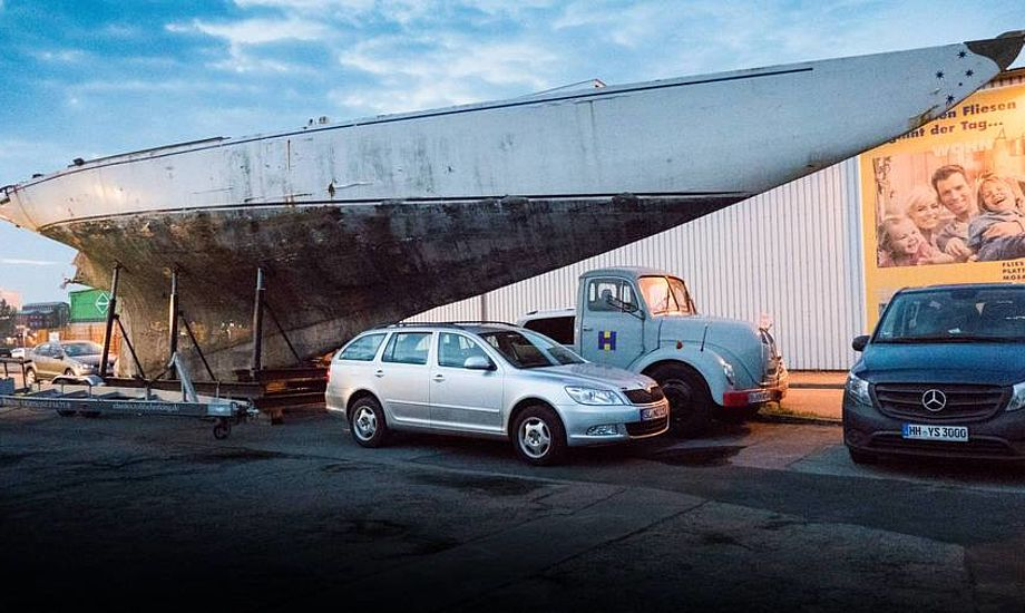 Så stor er en 12 Meter. Oliver Berkings passion for elegante lystbåde af træ har bla. resulteret i, at han har fået 12 Mereren Gretel bragt fra glemsel i Italien og til Flensborg. Indtil en velbestået projektmager melder sig, står den australske byggede båd fra 1962 som et skulpturel symbol foran værftet ved havnen. Foto: Søren Stidsholt Nielsen
