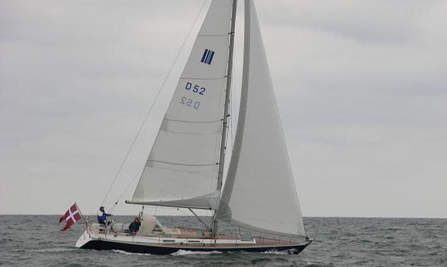 Phantom 42 er en stærk stabil båd. Der findes 56 af bådtypen, de første fra Sjælland vejede 11,5 ton og de sidst byggede fra Jylland kun 10 ton.