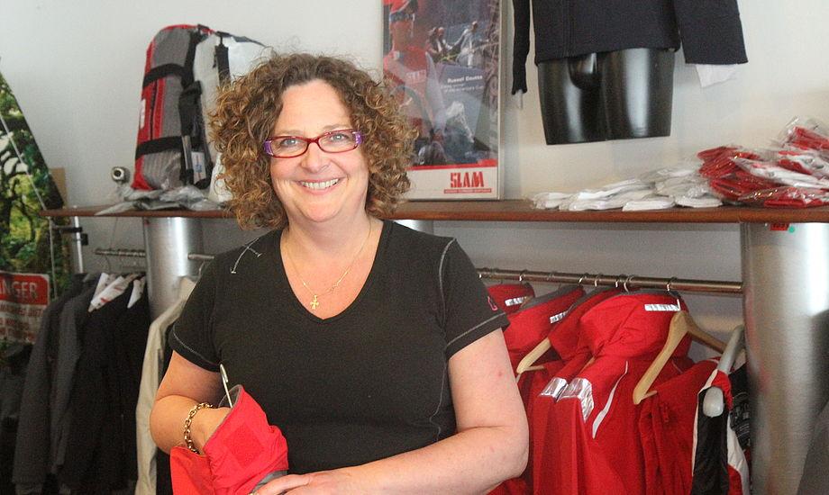 Jeannett har arbejdet i over ti år hos Claus V's tøjafdeling på Østerbro i København, nu er hun rykket til Kastrup. Foto: Troels Lykke
