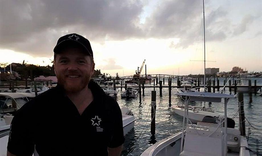 Jonas Høgh-Christensen var en af de sidste til at få en båd op. - Vi tog lige en øl efter sejladsen, sagde en træt KDY-sejler, der her ses i Nassau kl. 17.30 tirsdag aften, lige før solen gik ned. Foto: Troels Lykke