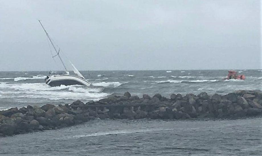 Her ligger Bogense-båden i store problemer fredag aften i Nordjylland. Foto: Sæby Redningsstation