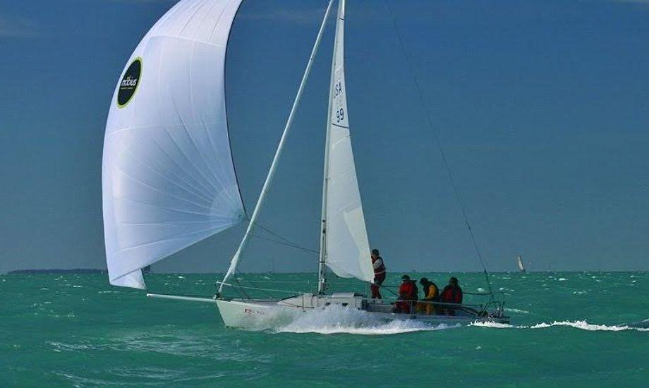 Båden planer allerede ved vindhastigheder på 8 m/s. Foto: j80.dk