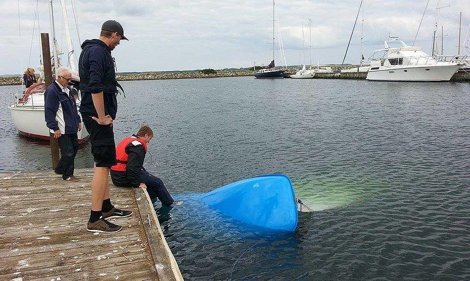 Sejleren havde ligget et stykke tid i vandet uden våddragt efter at Flipper-jollen sank. Her er den netop slæbt i Egå havn. Foto: Troels Lykke