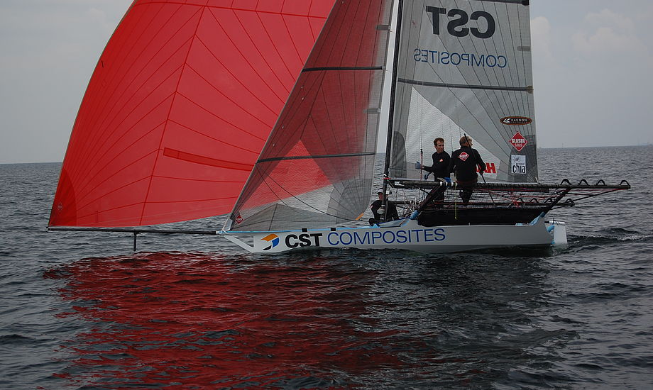 18 footeren kan sejle stærkt i meget let vind med den 70 m2 store asymmetriske spiler