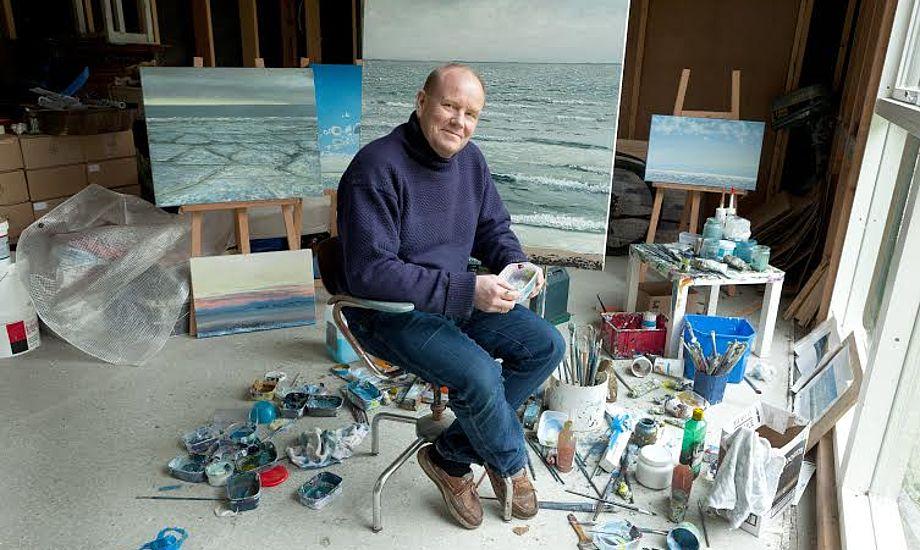Ken Zier udstiller og udgiver en bog med sine malerier fra Helgenæs. Foto: Ann Malmgren