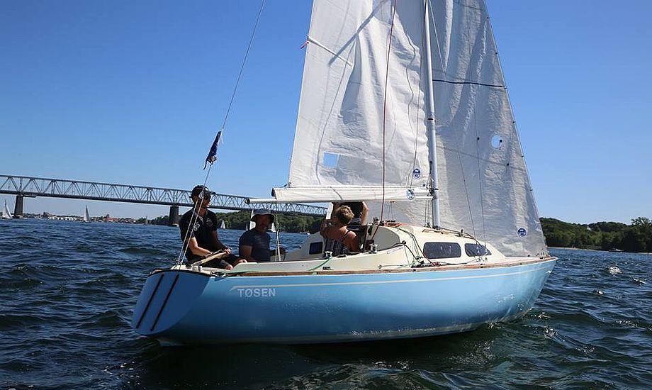Mike Rasmussen sejler her Palby Fyn Cup med sin hustru Dorte Rasmussen, sin onkel Claus Rasmussen og Jens Thygesen. Starten er lige gået i sejladsen. Foto: Troels Lykke.