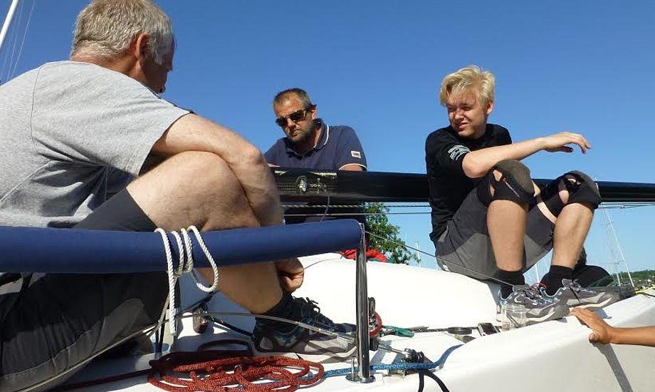 'Træls' stemning ombord, da der lyder et knæk fra styrbord salingshorn. Foto: Per Carlsen