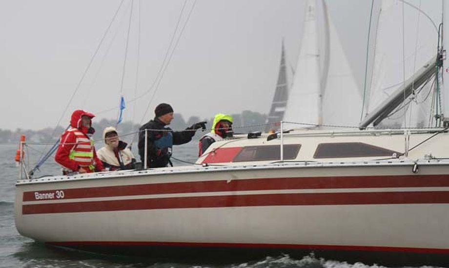 Skal du på sommertur i blæsevejret? Her ses en sejler fra Classic Fyn Rundt i fredags i regn. Foto: Troels Lykke