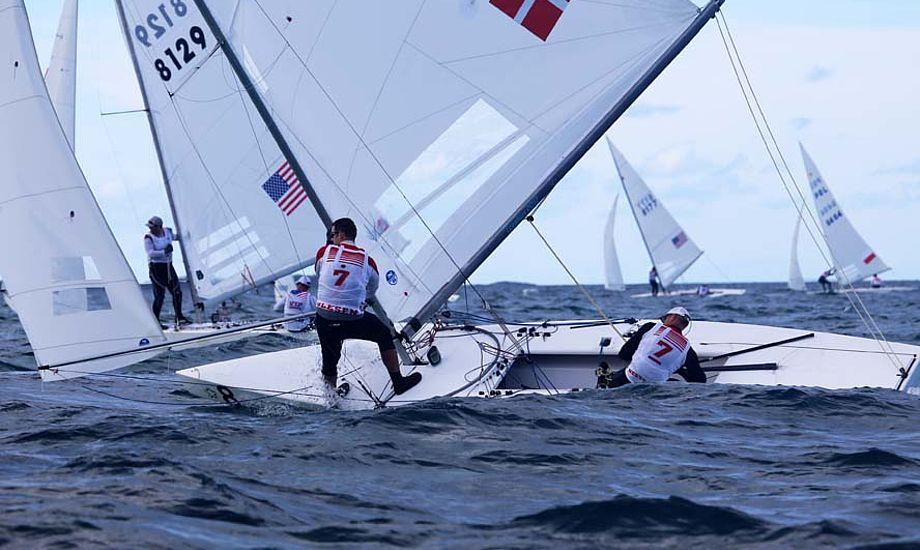 De to danskere kæmper som sindssyge med at rulle Starbåden på læns, men lige meget hjælper det. Foto: Troels Lykke