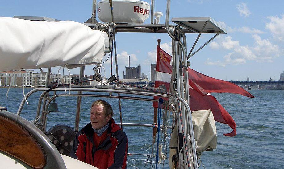 Erik Rasmussen ved roret i Limfjorden i 2009. Foto: njordenrundt.dk
