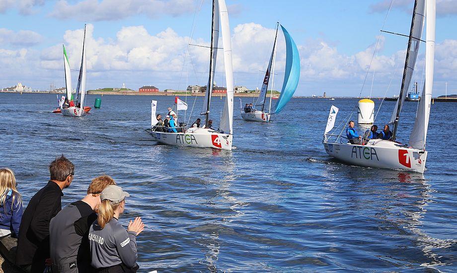 Her går sejlerne i mål i Sejlsportsligaen på Langelinje, mens dommer Jon Møgelhøj tager imod. Foto: Troels Lykke