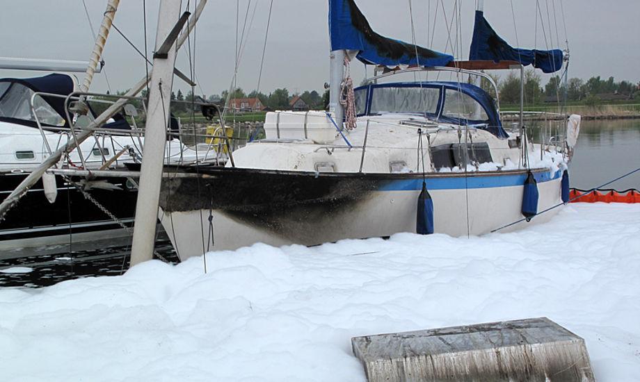 En ældre Hallberg-Rassy R 352 nåede at blive godt forbrændt. En Bavaria sejlbåd (se masten) og Bayliner motorbåd sank og stålmotorbåd brændte også. Foto: Troels Lykke