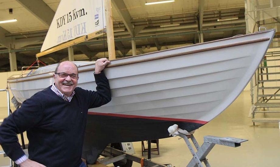 Formand for J-klubben Verner Westergaard med en Juniorbåd, der sejlklar koster 170.000 kr. i glasfiber. Foto: Troels Lykke
