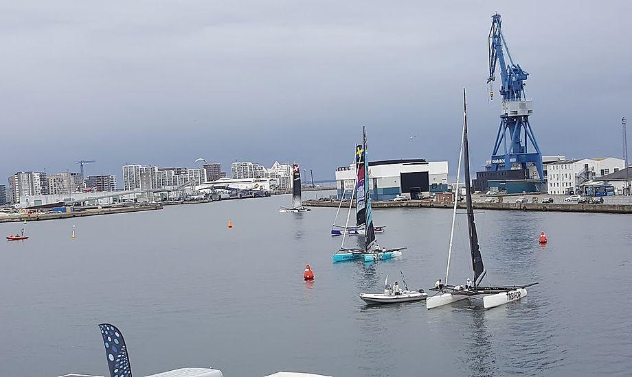 Havnebassinet foran Dokk1 er publikumsvenligt, men kommer vinden fra vest eller syd bliver det mere end tricky at sejle der. Her ses M32ere. Foto: Troels Lykke
